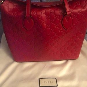 Hi my name is Tisia I'm selling a Gucci bag.
